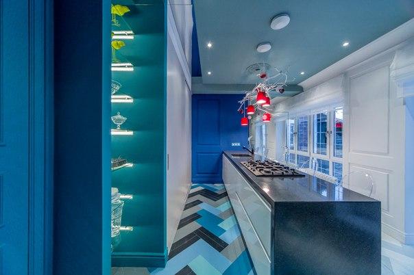 Синяя кухня под «белыми ветвями»